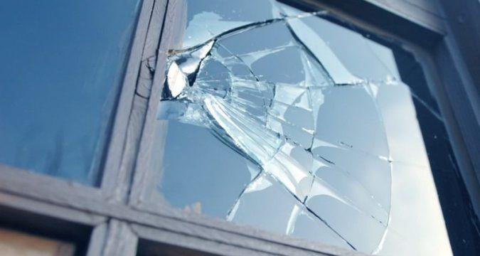 У Лебединській міськраді розбили вікно